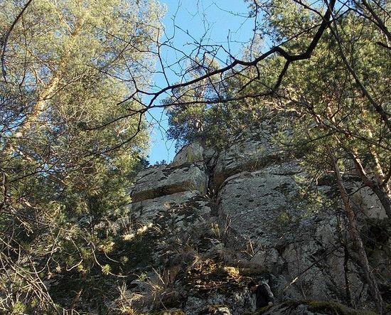 Крест в гранитной скале. Балкарское предание говорит о том, что он - рукотворный