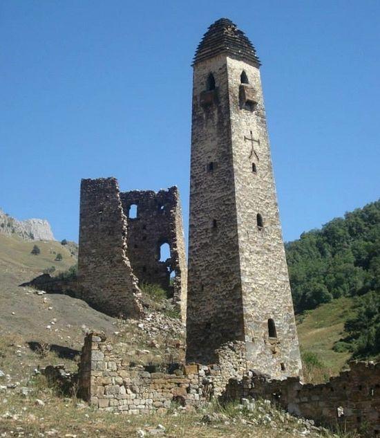 Одна из башен Северного Кавказа с православным крестом. Находится в Ингушетии.