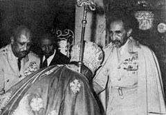 Абуна Василий, целующий перстень императора Хайле Селассие