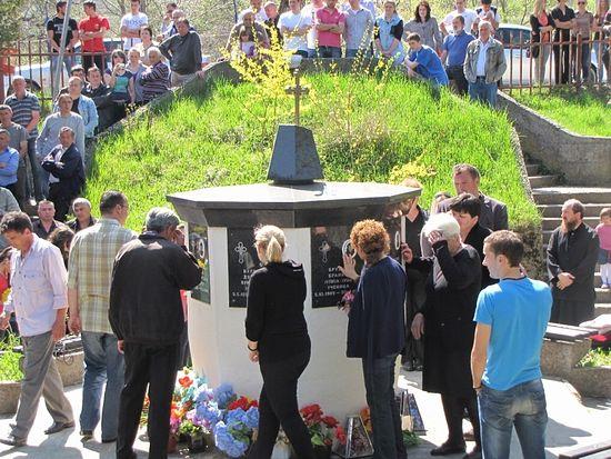 У памятника жертвам бомбардировок НАТО в Мурино. 30 апреля 1999 г. в результате нападения здесь погибли 6 мирных жителей, включая 3 детей.
