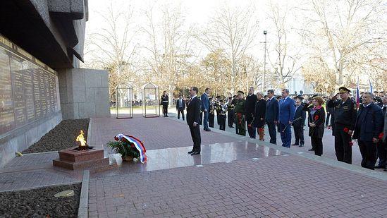 Полагање цвећа на Вечну ватру Меморијала херојске одбране Севастопоља