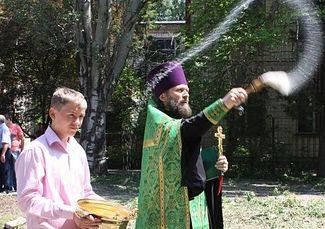 Фото: О.Олег освящает место для строительства первой на Украине церковно-приходской школы. 2012 г.