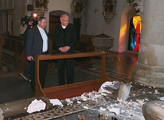 Кардинал Кристоф Шенброн осматривает место преступления. Фото: www.erzdioezese-wien.at