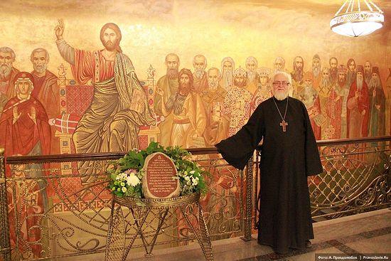 Протоиерей Владислав Цыпин на 1 этаже СДС. Фото: Авдей Правдолюбов / Православие.Ru