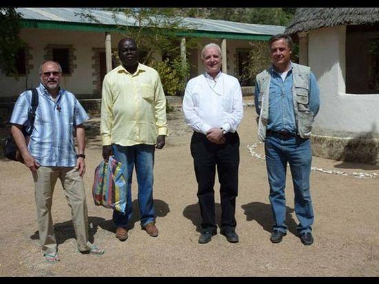 На этом фото похищенные о. Гиантонио Алигьери (крайний слева) и о. Гиампаоло (справа) в январе 2014 года в Камеруне