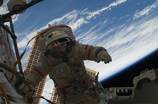 Космонавт Олег Котов в открытом космосе во время космического полёта МКС-22