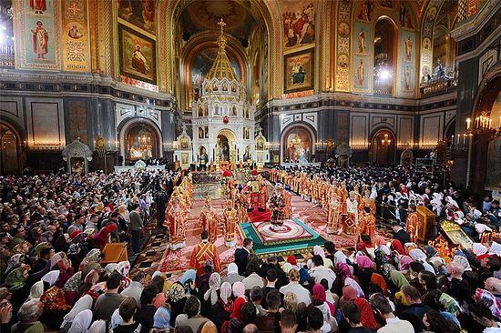На фото: Великая вечерня в день праздника Светлого Христова Воскресения, храм Христа Спасителя, 2011 г.
