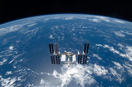 Международная космическая станция (МКС). Снимок американских астронавтов с «Шаттла». 25 марта 2009 г.