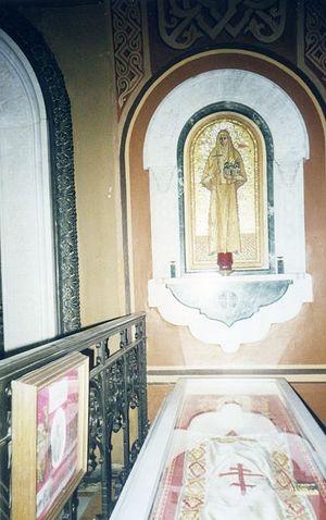 У мощей преподобномученицы Елисаветы Феодоровны. 17 апреля 1998 г.