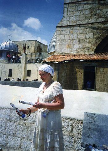 На крыше храма Гроба Господня. Схождение Благодатного Огня. 18 апреля 1998 г.