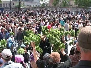 17 мая 2013 г. Женщины держат пучки крапивы