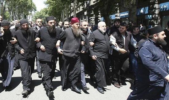 В прошлом году 17 мая в Тбилиси на улицы вышли тысячи людей