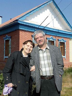 Родители Георгия у своего дома в Ташле