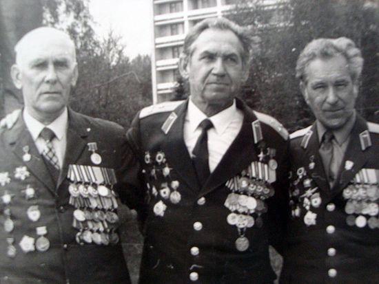 Оловянников в центре со своими друзьями Чичканом и Штангеевым