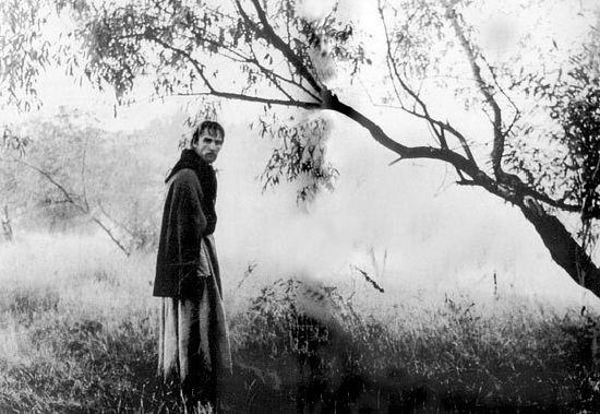 """Кадр из фильма """"Андрей Рублев"""". Рублев на фоне рощи."""