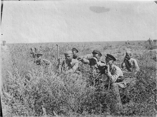 Советские офицеры наблюдают за обстановкой. Степь в Донбассе