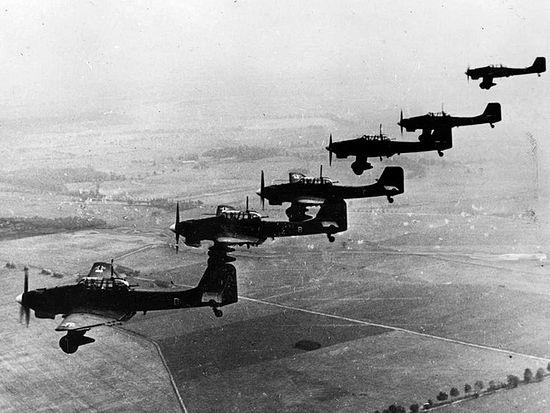 Строй немецких пикирующих бомбардировщиков Юнкерс Ю-87