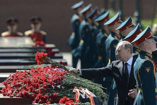 Возложение цветов к обелиску, посвященному городу-герою Одессе