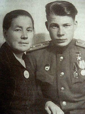 Герой Советского Союза Борис Васильевич Кравцов с матерью