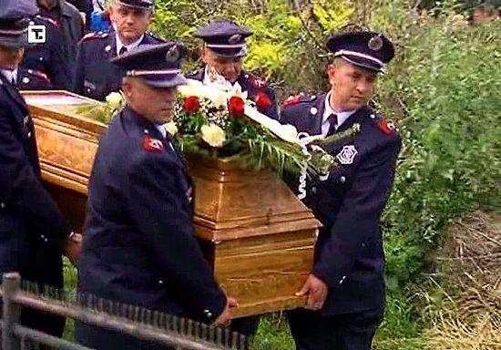 Похороны погибшего при спасении людей пожарного Деяна Лазаревича. 18 мая 2014 г.