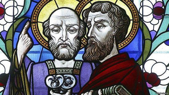 Изображение на витраже собора: святые апостолы Петр и Павел