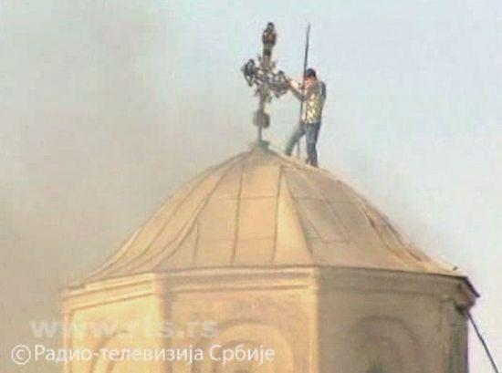 Албанец оскверняет сербский православный храм. 2004 г.
