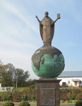 Памятник святителю Николаю, архиепископу Мир Ликийских, Чудотворцу в Солотче Рязанской области, возле храма в честь Казанской иконы Божией Матери