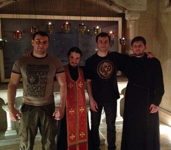 Последняя фотография, размещенная Николаем на его странице «Вконтакте», сделана в Сретенском монастыре. Николай - второй справа