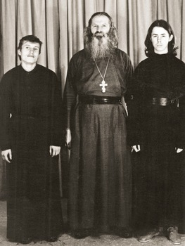 Отец Иоанн со своими духовными детьми, будущими священниками Георгием Масленниковым и Алексием Земцовым