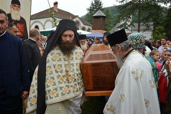 Проигумен монастыря Хиландар архимандрит Мефодий (слева)