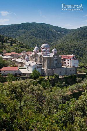 Монастырь Григориат, построенный на отвесной скале, находится между монастырями Симонопетра и Дионисиат.