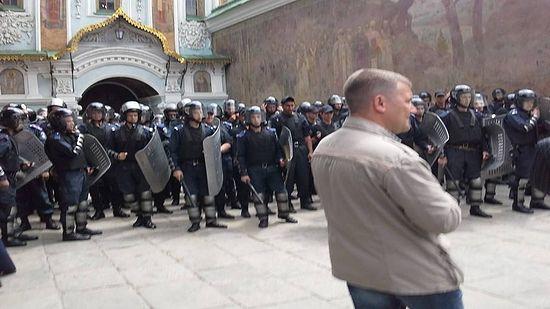 Милиция охраняет вход в Лавру. Фото: Олександр Рудоманов, LB.ua