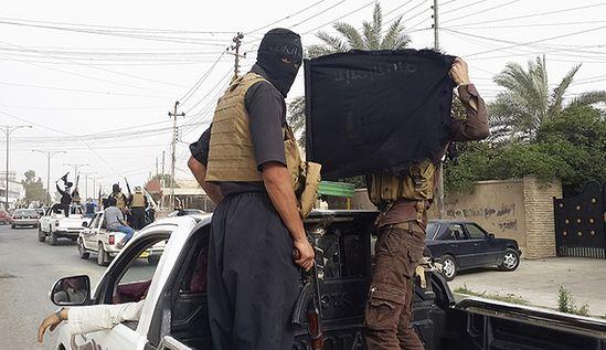 Боевики ИГИЛ на машинах, захваченных у иракских сил безопасности, празднуют победу на улицах Мосула. 12.06.2014. Фото REUTERS
