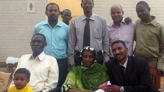 Мериам с мужем, детьми и командой ее юристов в Хартуме после освобождения