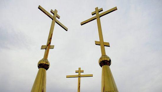 Кресты на куполах храма.