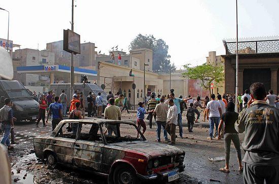 Исламские экстремисты бросают камни в коптов в христианском квартале Каира у собора святого Марка. Апрель 2013. Фото AFP