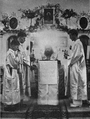 Во время богослужения в Тунисе (1952 г.)