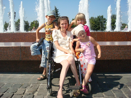 Одна из подопечных программы «Сиделки» — 34-летняя Мария Гостинцева — мать троих детей. Она страдает болезнью амиотрофического склероза. Эта болезнь приводит к постепенной атрофии всех мышц. Сейчас Маша не говорит и не может даже держать голову. Но не теряет бодрости духа