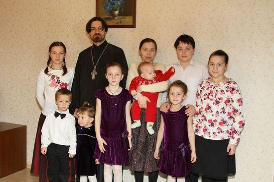 Семья о. Филиппа Ильяшенко год назад. В 2014 году детей стало уже 9