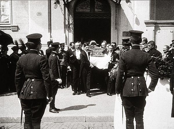 Сахрана Николаја Хартвига забележена је на филмској траци, филм се чува у Југословенској кинотеци. Неколико фотографија издвојених из филма сведоче нам о љубави нашег народа према овом великом пријатељу и великом човеку.