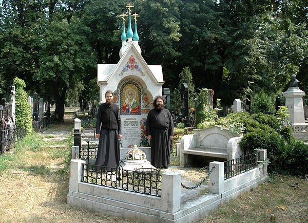 Аутор пред гробом Николаја Хартвига.