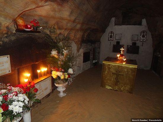 Место захоронения старца Иоанна (Крестьянкина). Псково-Печерский монастырь. Фото: О. Рожнёва / Православие.Ru