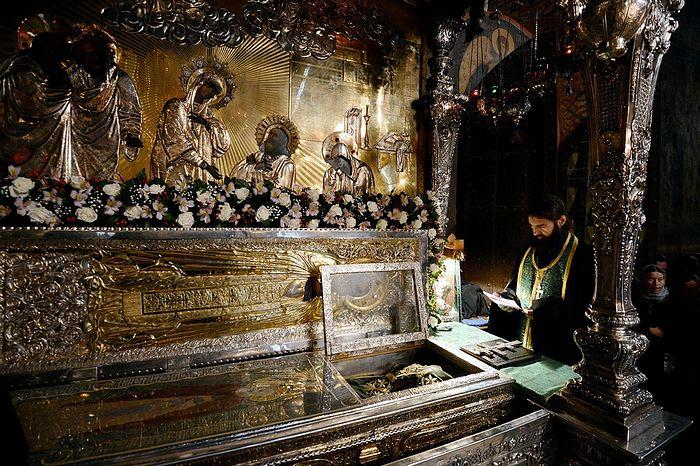 Молебен у мощей преподобного Сергия. Троице-Сергиева лавра. Фото: Патриархия.Ru