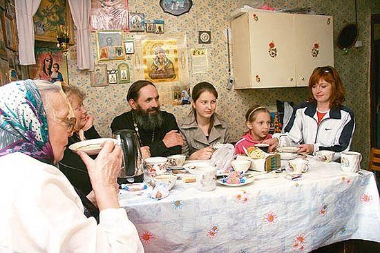 Чаепитие перед вечерней службой. Отец Владимир со своими прихожанами, участниками хора. Большинство из них специально приехали на службу из Удомли