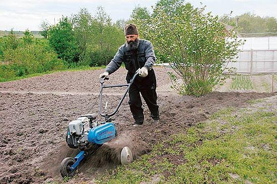 Как и большинство сельских священников, отец Владимир живет натуральным хозяйством. Первое время освоиться помогали соседи, сегодня он и сам нередко делится с ними своим урожаем