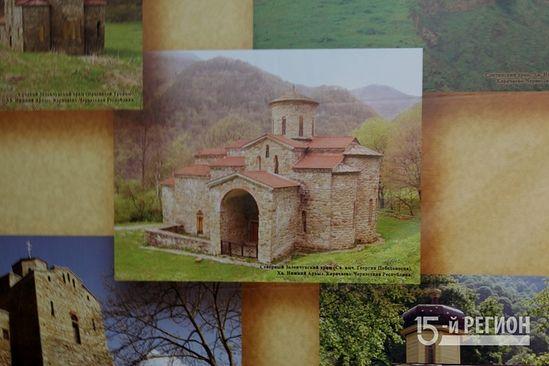 На переднем плане - Георгиевский храм в Нижнем Архызе (КЧР), некогда - кафедральный собор Аланской епархии