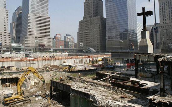 Крест, установленный на месте гибели людей во время террористического акта 11 сентября 2001 года. Нью-Йорк, Манхеттен