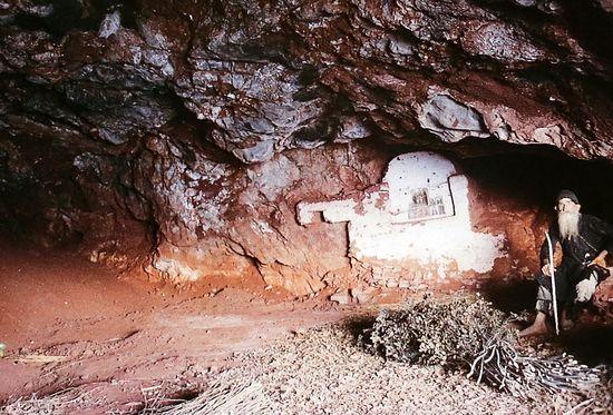 Монах Филарет Карульский в своей пещере. Этот молитвенник никогда не носил обуви, даже в самые лютые зимы, спал на ветвях, много постился, был немногословен