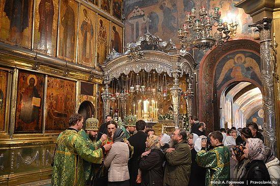 У раки с мощами преподобного Сергия. Фото: А.Горяинов / Православие.Ru