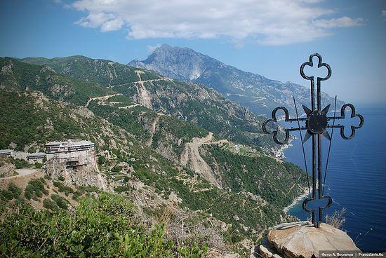 Вид на монастырь Симонопетра и вершину Святой горы Афон. Фото: А. Поспелов / Православие.Ru